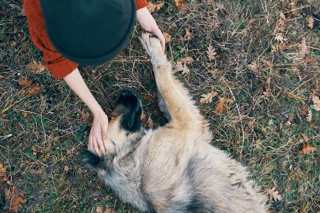 Donna all'aperto che gioca con l'aria fresca di amicizia del cane