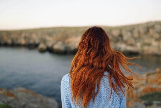Donna all'aperto montagne rocciose stile di vita di libertà di aria fresca. foto di alta qualità