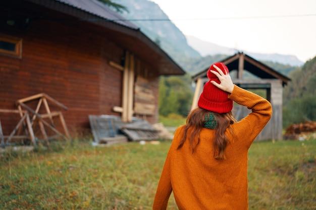 Donna all'aperto villaggio natura montagne villaggio aria fresca