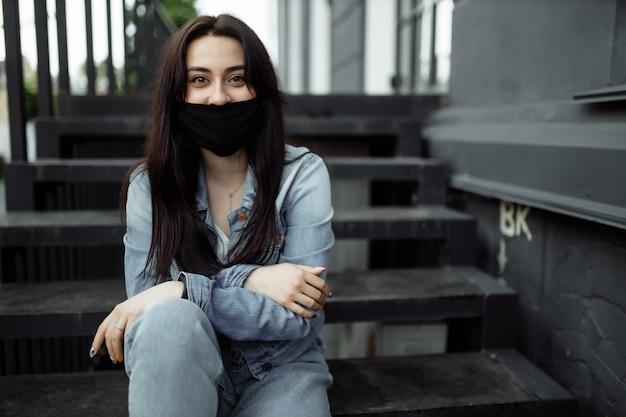 Donna all'aperto che indossa la maschera protettiva