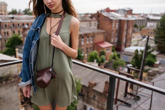 Concetto di look moda donna vestito. stile di vita del fotografo di viaggio. attività per il tempo libero.