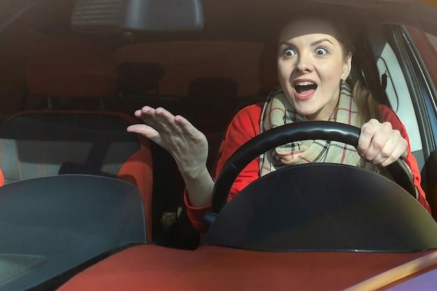 La donna indignata al volante sulla strada