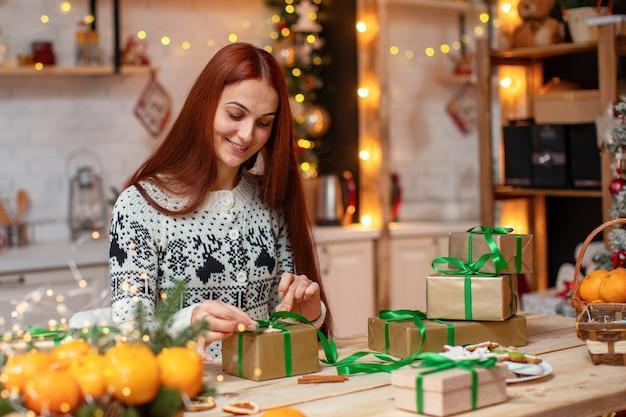 Donna che confeziona regali a casa