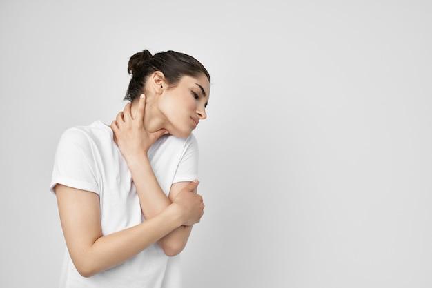 Problemi di salute di disagio di sindrome dolorosa della donna. foto di alta qualità