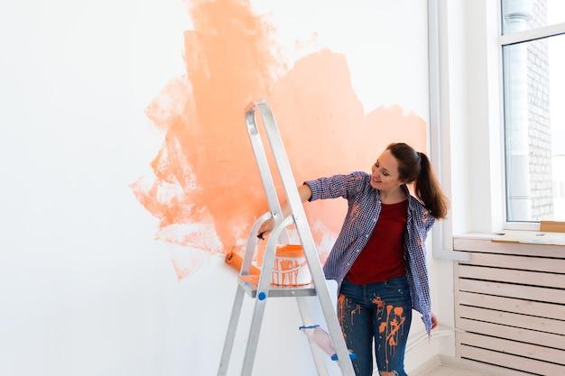 La donna dipinge il muro