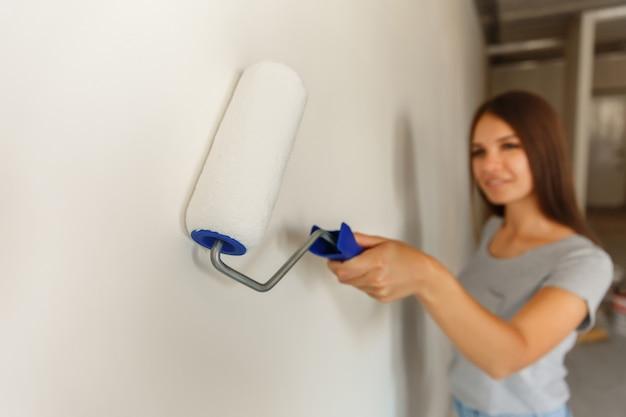 La donna dipinge il muro bianco