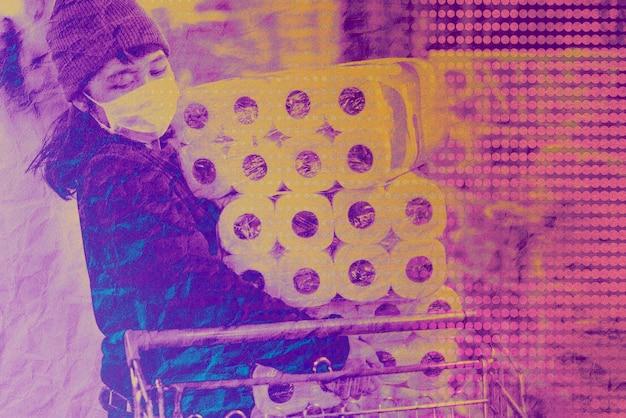 Panico della donna che acquista fazzoletti di carta igienica durante l'epidemia di coronavirus