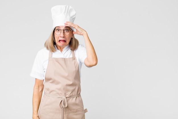Donna in preda al panico per una scadenza dimenticata, sentirsi stressata, dover nascondere un pasticcio o un errore