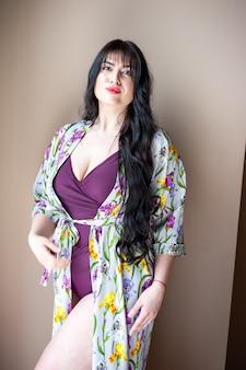Donna in pareo beachwear bella posa tenera della donna