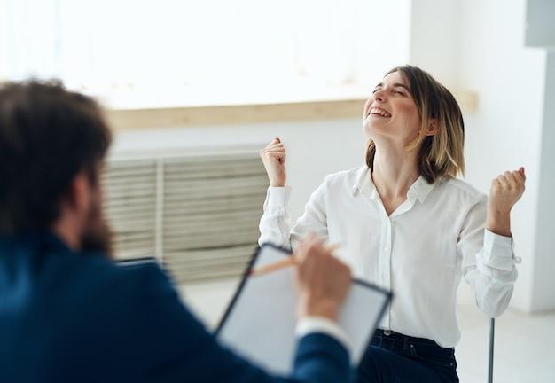 Paziente donna alla reception con una consulenza diagnostica sanitaria psicologo