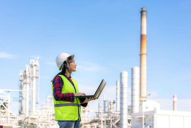 Ingegnere petrolchimico donna che lavora con il computer portatile