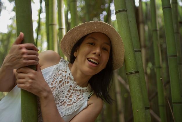 Donna fotografata in un campo di canne