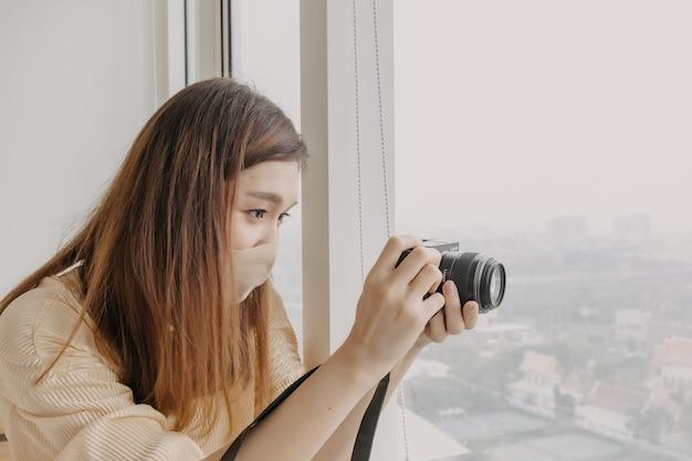 La fotografa donna sta scattando una foto della sua modella donna