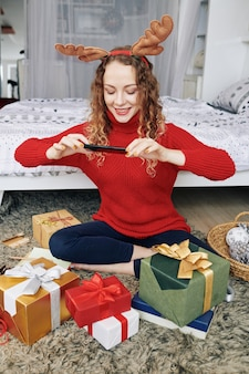Donna che fotografa i regali spostati