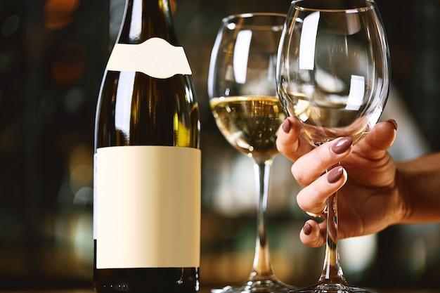 Donna che seleziona un bicchiere di vino dal tavolo
