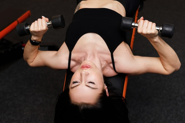La donna prende i manubri durante l'allenamento