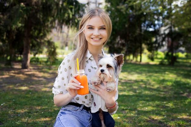 Donna su un picnic con il suo animale domestico, un picnic estivo con un cane