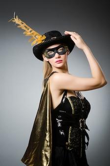 Donna in costume da pirata - concetto di halloween