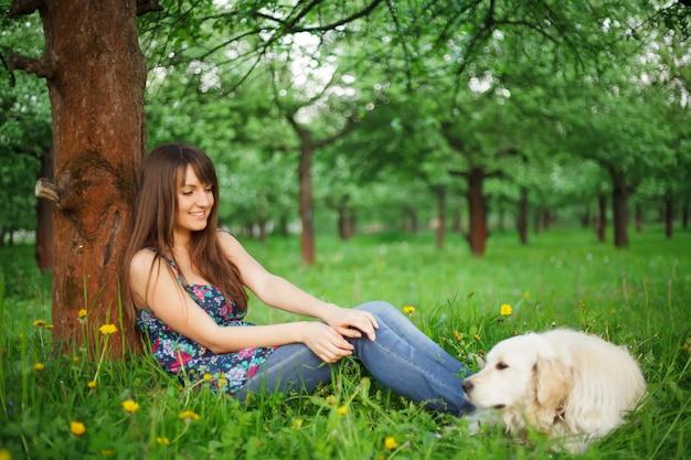 La donna gioca con il suo cane