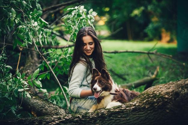 Donna che gioca con il cane