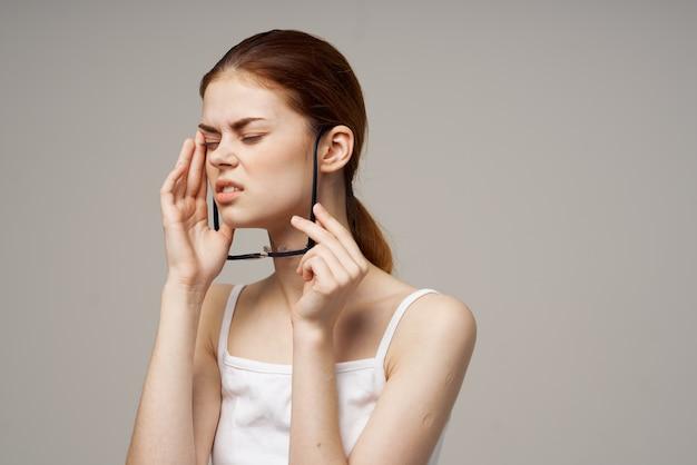 Sfondo chiaro negativo di problemi di salute della vista della donna