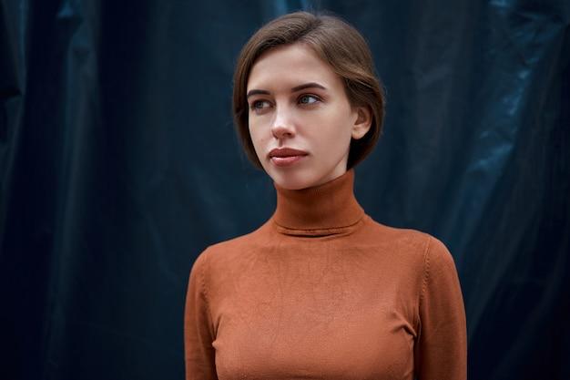 Dolcevita marrone vestito brunetta di fiducia del ritratto della donna