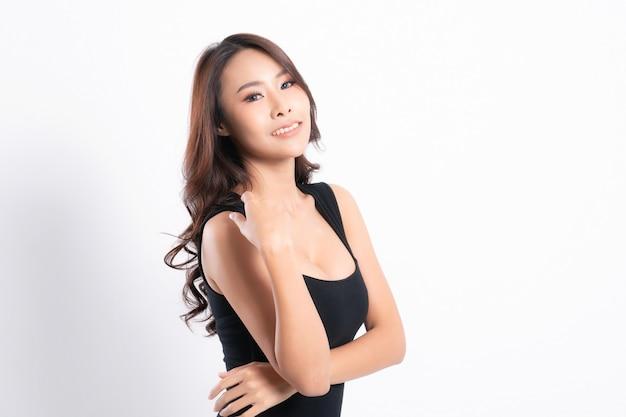 Ritratto di donna con una pelle perfetta e indossa una camicia nera nel profilo isolato su bianco.