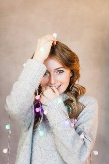 Donna in posa con le luci di natale
