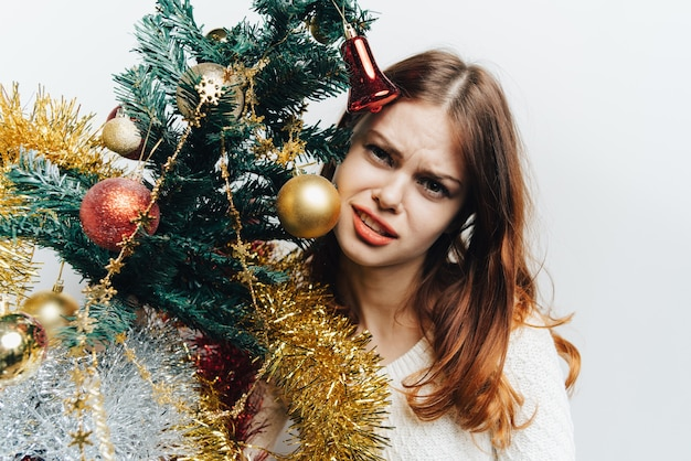 Donna in posa con l'albero di natale