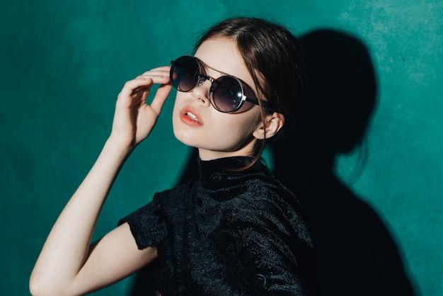 Donna che posa con gli occhiali di moda.