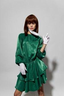 Donna in posa con guanti e mascherina medica protettiva
