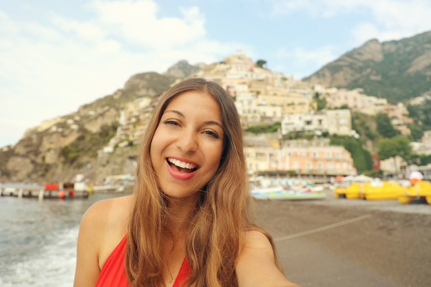 Donna nella città di positano sulla costiera amalfitana in italia