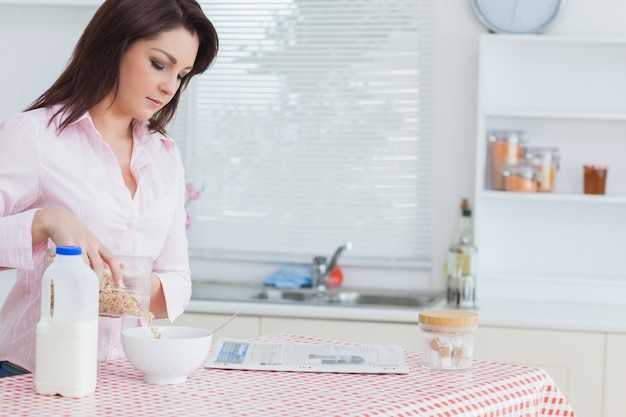 Donna versando cereali in una ciotola