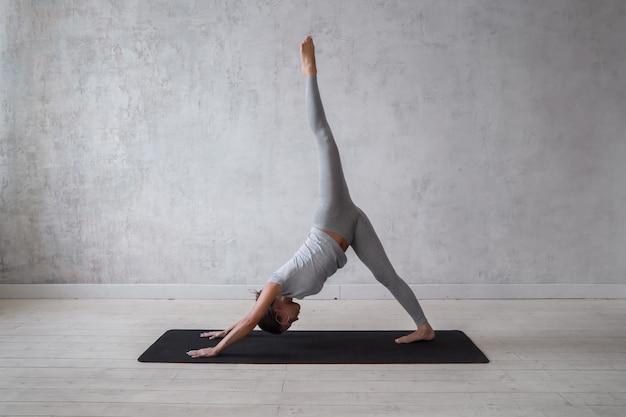 Donna che pratica yoga avanzato.