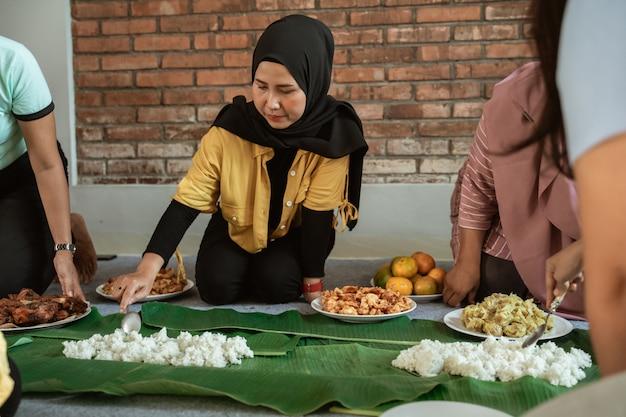 Preparazione della donna per la cena con un amico a casa