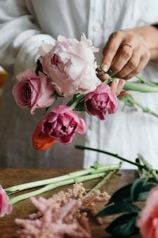 Donna che prepara e sistema i fiori