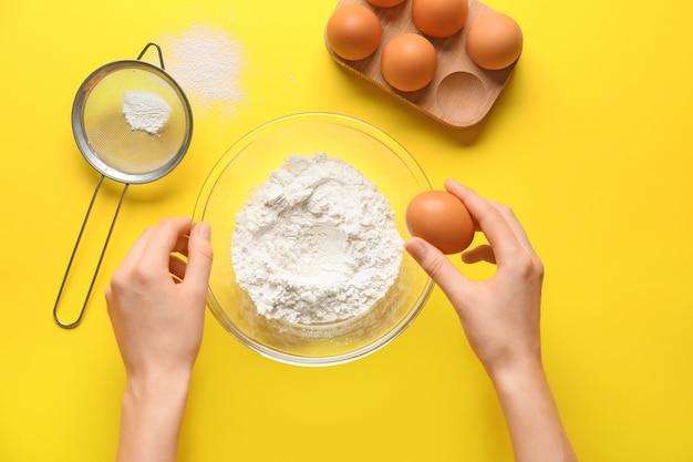 Donna che prepara la pasta sul colore di sfondo