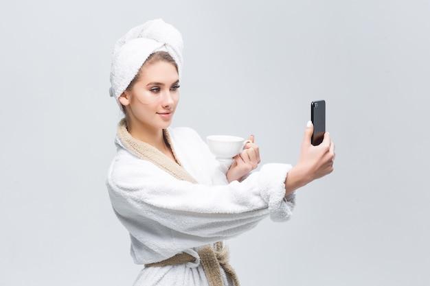 Donna che si prepara per incontrarsi e farsi una doccia