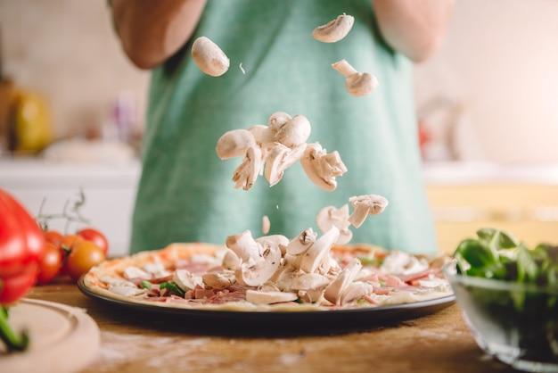 Donna che prepara la pizza