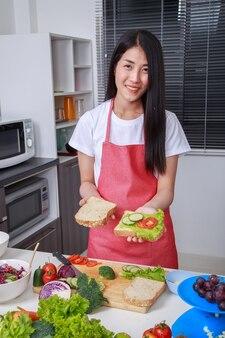 Donna che prepara un panino in cucina