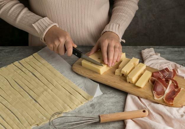 Donna che prepara alcuni tequenos tradizionali