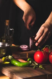 Donna che prepara insalata di verdure in cucina
