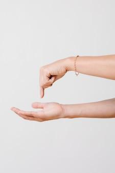 Donna che preme il dito sul proprio palmo