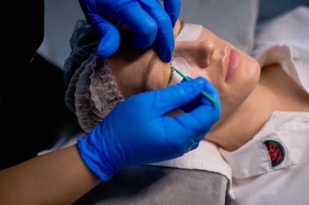 Donna sulla procedura per le estensioni delle ciglia, laminazione delle ciglia