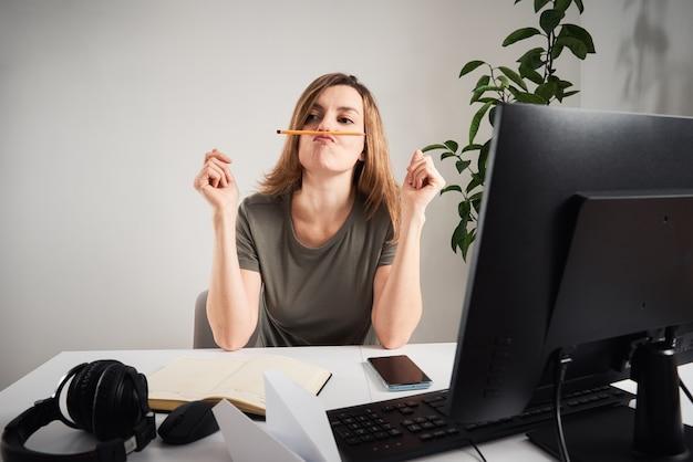 Donna procrastinare a casa sul posto di lavoro lavoro remoto e problema di home office
