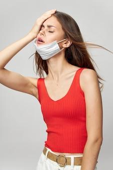 Donna in maschera protettiva contro il coronavirus in posa in studio.