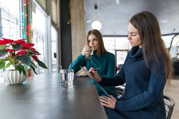 Psicologo donna consulenza di parlare con una giovane ragazza.
