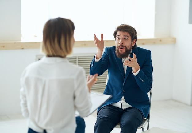 Lo psicologo della donna lavora con la comunicazione di consultazione professionale del paziente