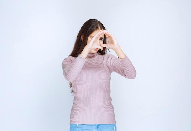 Donna in camicia viola che invia amore.