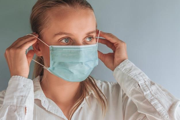 Una donna indossa una mascherina medica